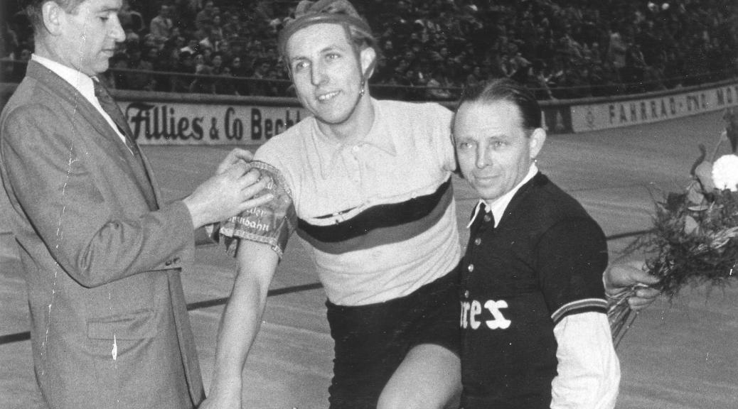 1954 Weltmeisterschaftsrevanche: Heinz Balwans auf Dürkopp-Renner mit Betreuer Willi Siekmann
